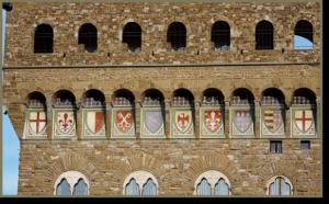 Gli stemmi dipinti sulla facciata di Palazzo Vecchio